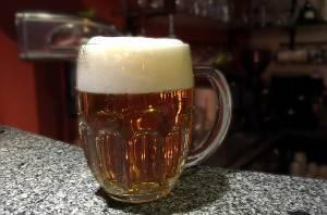 Právě natočený půllitr piva Pilsner Urquell